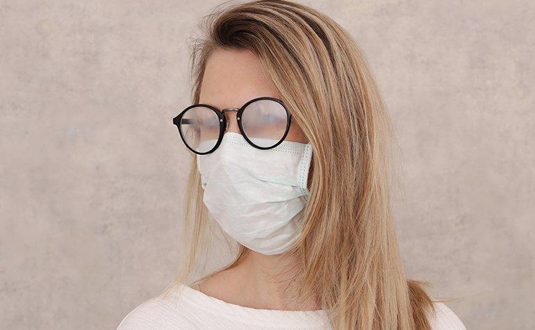 Beschlagene Brille mit Mundschutz